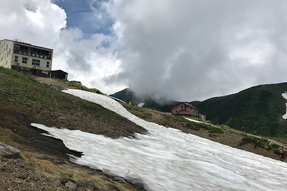 残雪がある登山道