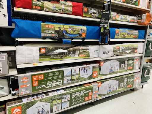 海外のテントが店頭で売られている写真