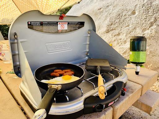 海外キャンプの調理風景の写真