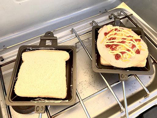 日本のホットサンドメーカーで海外のパンを焼いている写真