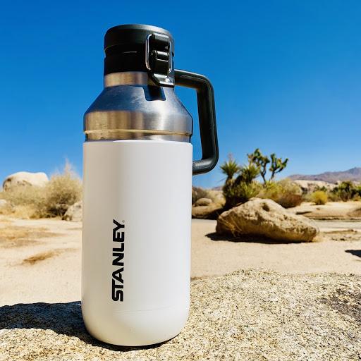 白いスタンレーのボトルの写真