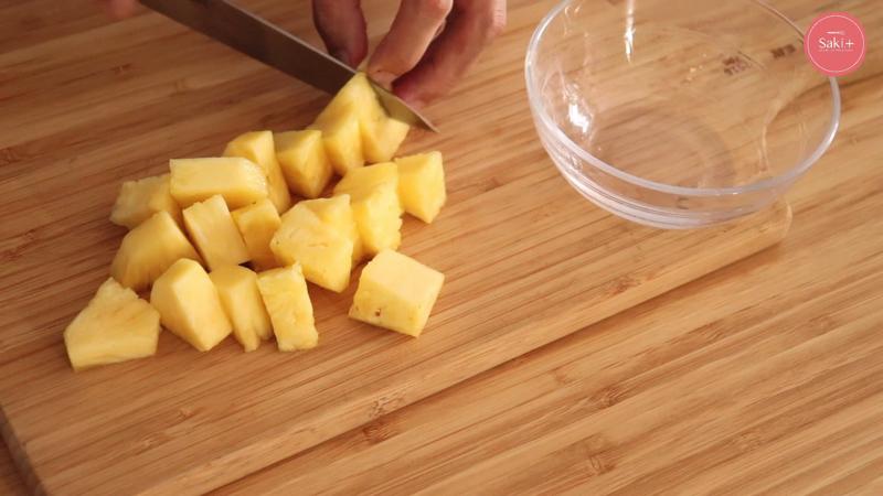 パイナップルを切っている写真