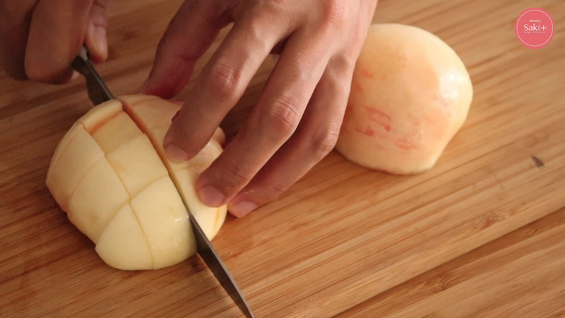 桃を切っている動画