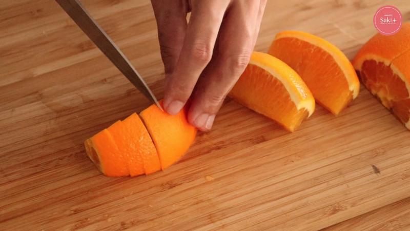 オレンジを切っている写真