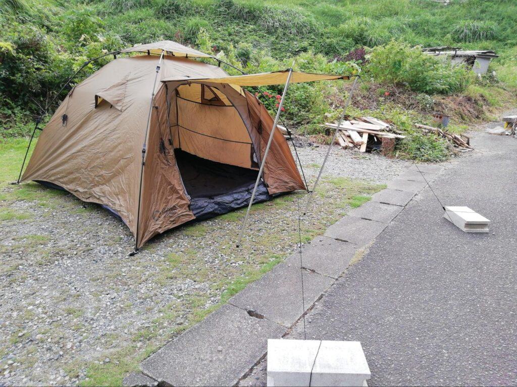 クイックキャンプワンタッチテントのポールを立てたときの写真