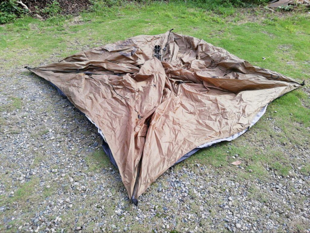 クイックキャンプのワンタッチテントを広げた写真
