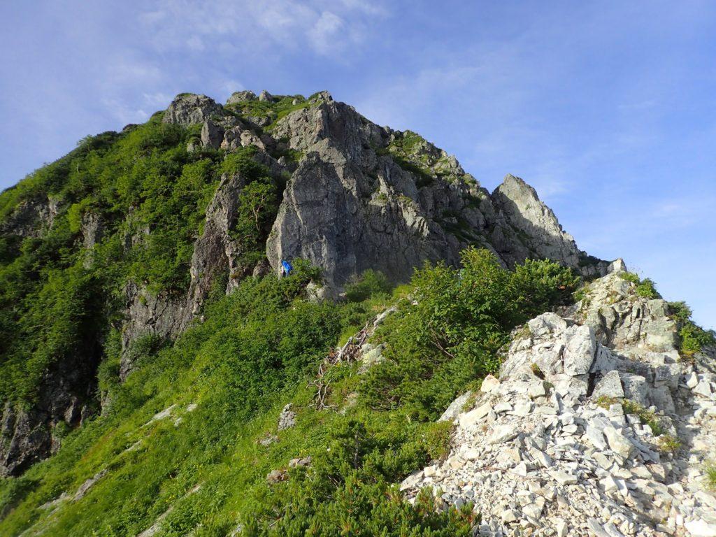 何度も登ったり下ったり、ハードな岩稜縦走が延々と続きます。