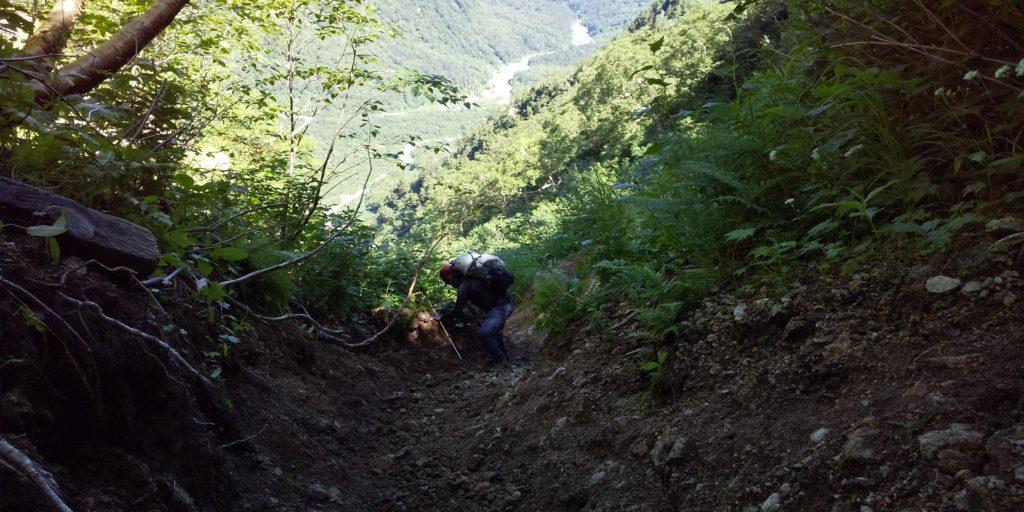 滑り落ちそうな急なザレ場を下り、北鎌沢出合へ向かいます。